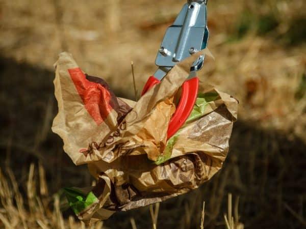 Auch zum Sammeln von Umweltverschmutzungen ist ein Krallengreifer sehr hilfreich. Somit erspart man sich das ständige Beugen des Rückens und kann ganz angenehm zum Beispiel den Müll der letzten Gartenparty entfernen. (Bildquelle: schuetz-mediendesign/ pixabay.com)